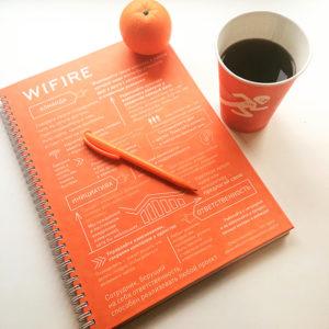 Набор сувениров с фирменной символикой: блокнот, ручка, бумажный стаканчик для кофе