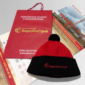 Набор к новому году: фирменный пакет, вязанная шапка с логотипом и квартальный календарь